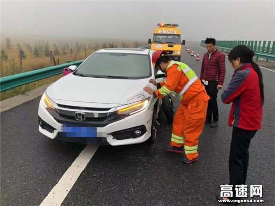 甘肃武威清障救援大队快速处置一起撞护栏事故