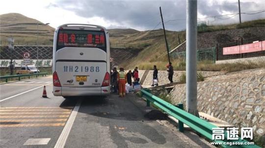 甘肃武威救援大队紧急处置高速抛锚大客车
