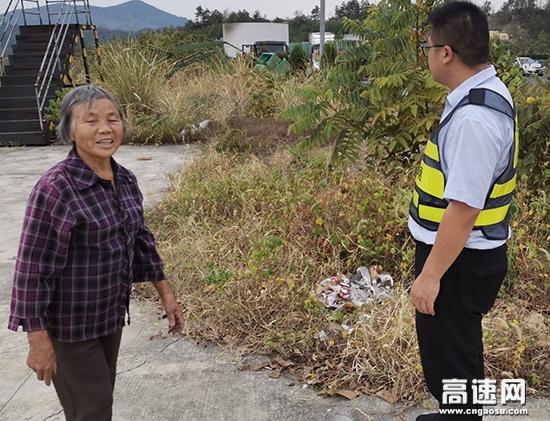 江西:王班长耐心劝离拾荒老人,有效规避安全隐患