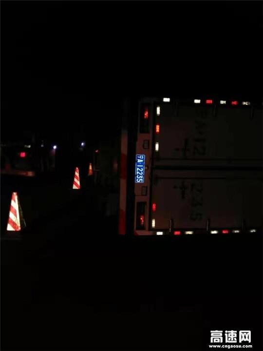 甘肃武威清障救援大队快速处置一起货车侧翻事故