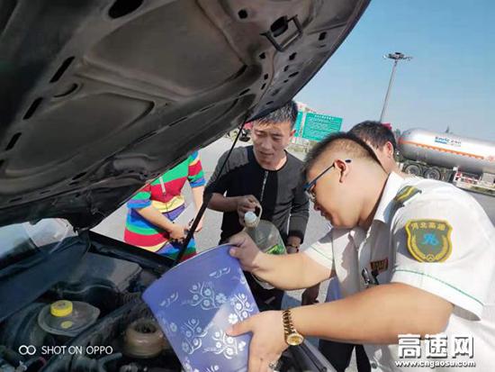 沧廊(京沪)高速开发区收费站 帮助司乘修车 助力司乘平安回家