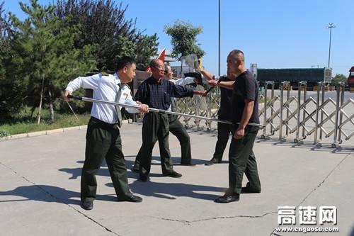 河北高速石安处栾城东收费站组织开展反恐应急预案演练