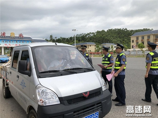 """广西玉林高速公路管理处浦北大队积极开展法制宣传活动,营造""""阳光路政""""新形象"""