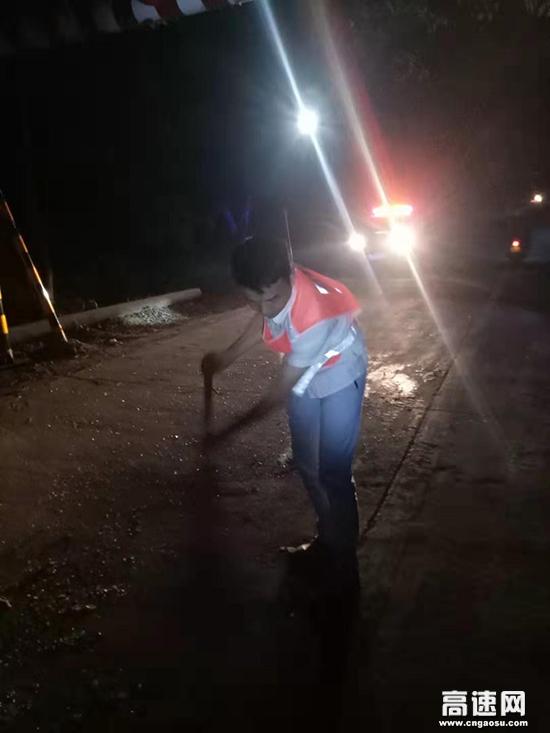 江西:遂川公路分局连夜紧急处置事故保畅通