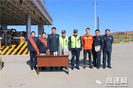 内蒙古公路交通投资发展有限公司呼伦贝尔分公司中和通行费收费所联合路政第三大队开展安装ETC设备宣传活动