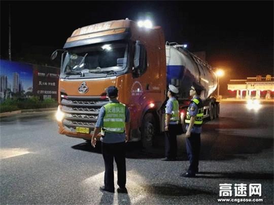 广西玉林高速公路管理处浦北路政执法大队联合多部门开展入口违法超限超载车辆劝返工作