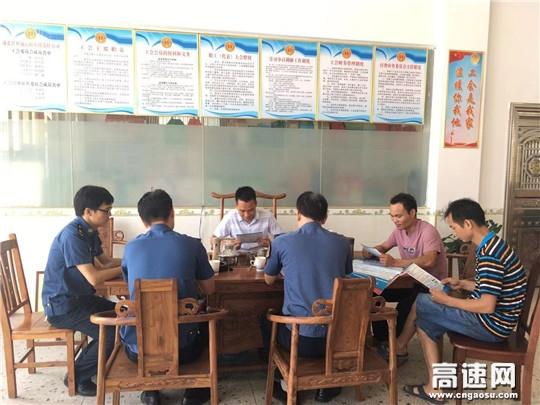 广西高速浦北路政大队走访企业现场宣传超限运输许可新政策