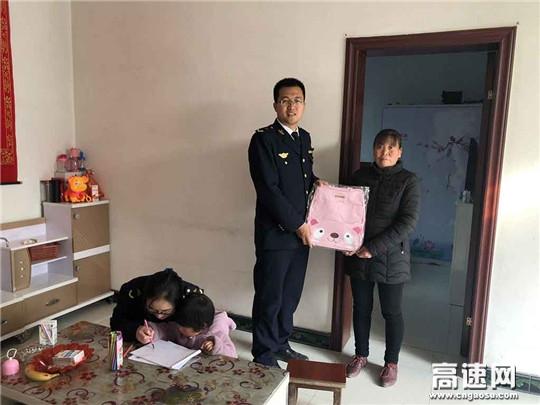 甘肃:宝天高速东岔匝道收费站开展关爱留守儿童活动