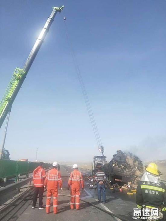 甘肃武威清障救援大队紧急处置一起货车自燃事故