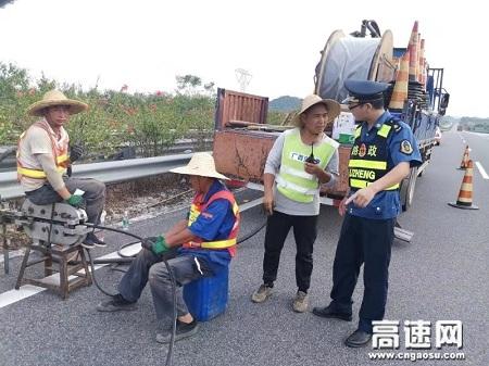 广西玉林高速公路管理处贵港二大队认真对辖区施工队施工作业现场进行安全检查