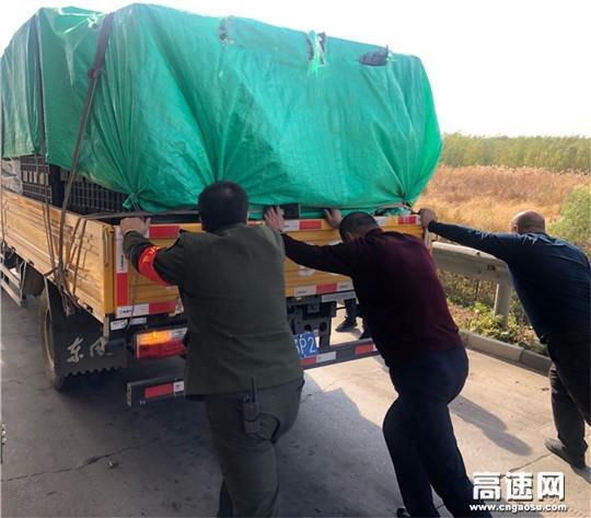 河北沧廊高速开发区收费站志愿者协助司机推车获点赞