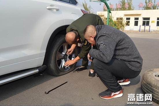 河北沧廊(京沪)高速姚官屯收费站志愿者暖心帮助受困夫妻更换轮胎