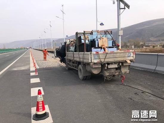 甘肃:武威清障救援大队紧急处置一辆失控货车
