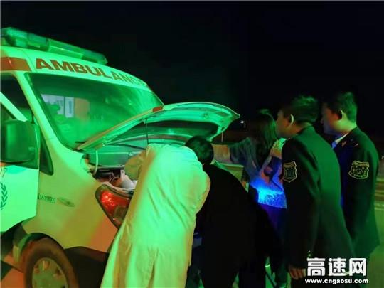 甘肃庆城所驿马收费站成功救助一辆自燃救护车