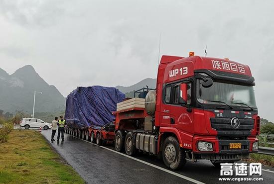 广西南宁高速公路管理处上林路政执法大队顺利完成大件运输许可车辆护送任务