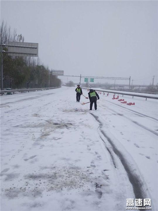 甘肃:古永所装备园收费站扫雪破冰保安全