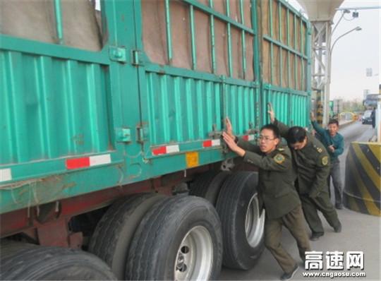 """河北沧廊(京沪)高速开发区站最美""""身影"""" 收费员热心帮助司机推大车"""
