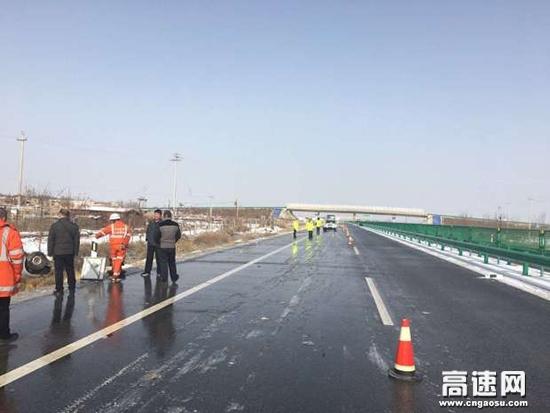 甘肃:武威清障救援大队紧急处置一起小车冲出路基侧翻事故
