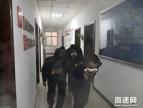 甘肃:宝天高速东岔安检大队进行了消防应急逃生演练活动