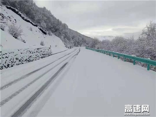 四川甘孜州公路局紧急启动冰雪天气应急保通预案全力投入道路除雪保通工作