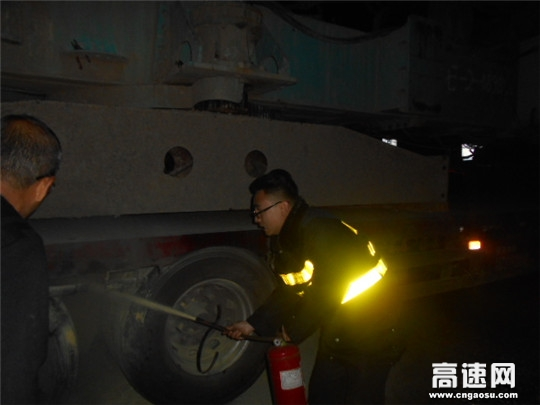 甘肃:宝天高速东岔主线站紧急救火彰显团结精神