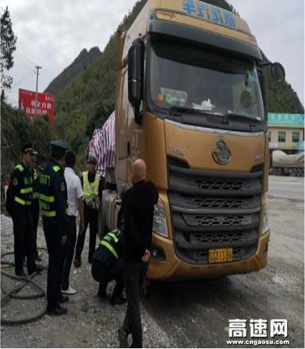 广西柳州高速公路管理处:南丹路政大队联合交警查处证货不符的超限运输许可车辆