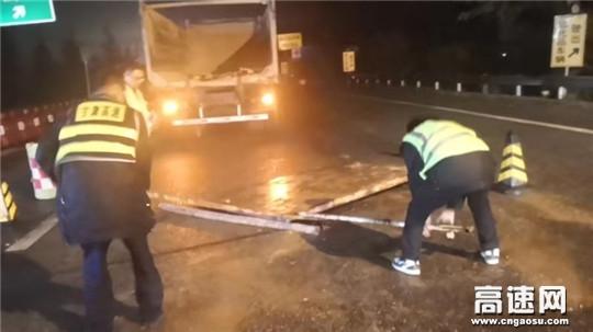货车后门脱落,安检站工作人员协助安全转运