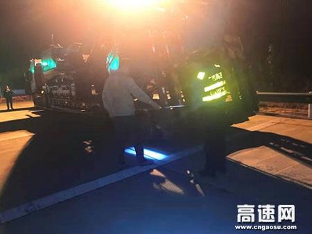 """广西玉林高速公路管理处岑溪大队严格核查超限运输车辆,紧抓""""事中监管""""环节不放松"""