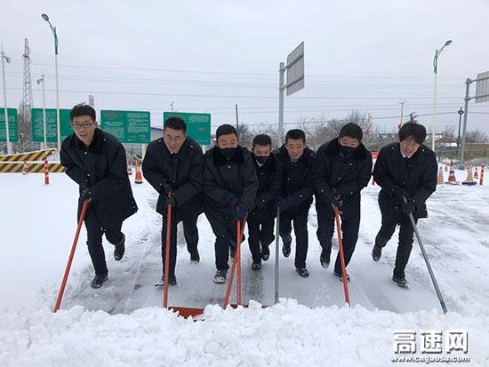 """甘肃:庆城所驿马收费站""""以雪为令"""" 全面进入除雪保畅战斗状态"""