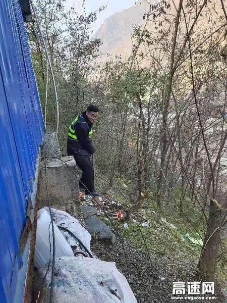 甘肃宝天高速东岔安检大队持续深入开展环境卫生专项整治行动