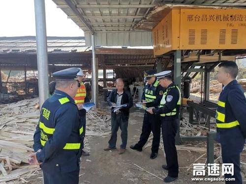 """广西玉林高速公路管理处""""路警企""""多举措整治易散落物运输车辆"""
