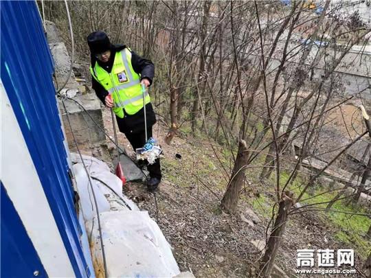 甘肃宝天高速东岔安检大队开展环境卫生整治行动美化路域环境