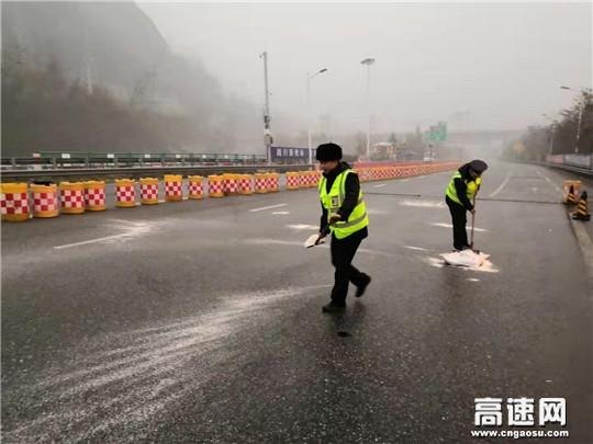 甘肃宝天高速东岔安检大队全力做好雨雪天气防滑保通保畅工作