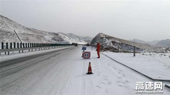 甘肃武威清障救援大队快速处置营双路段车辆侧滑事故