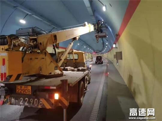 甘肃庆城所联合紫光对隧道机电全面检修