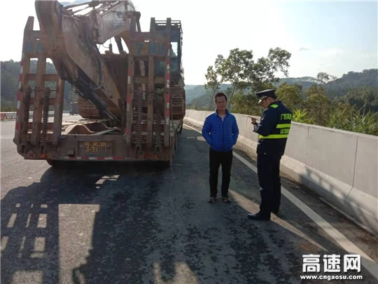 广西高速公路发展中心柳州分中心东兰路政大队对大件运输车辆进行事中核查监管