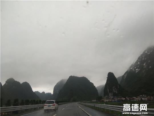 春运期间正值雨雾天气,路政提醒过往司机谨慎驾驶,平平安安回家过年