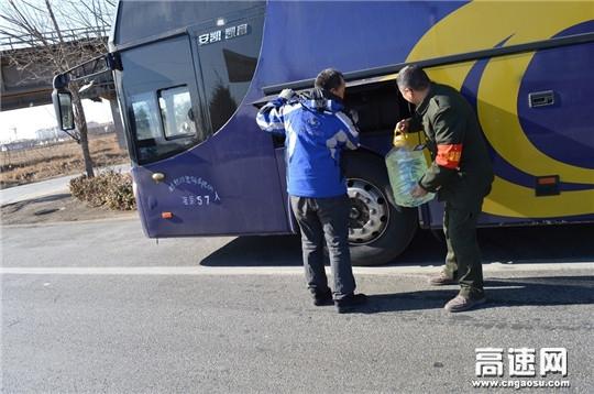河北沧廊(京沪)高速姚官屯收费站志愿者帮助司机加油做延伸服务标兵