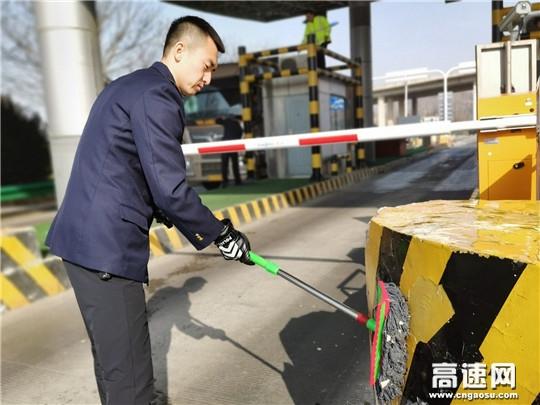 甘肃:泾川所长庆桥收费站开展节前路域环境整治工作