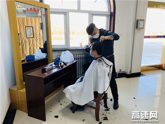 甘肃庆城县文化商城飞扬造型工作室收费人员义务理发