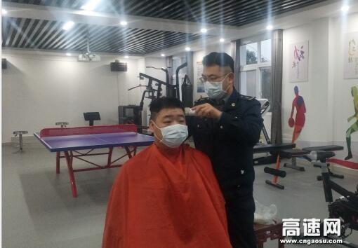 理工男变身理发师 为战友义务理发