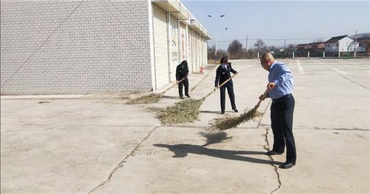 甘肃泾川所白水收费站开展路域环境整治,促进站区环境再提升