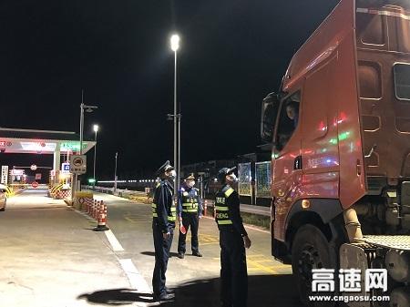广西自治区高速公路发展中心玉林分中心:平南大队开展入口治超行动,打击非法运输海砂行为