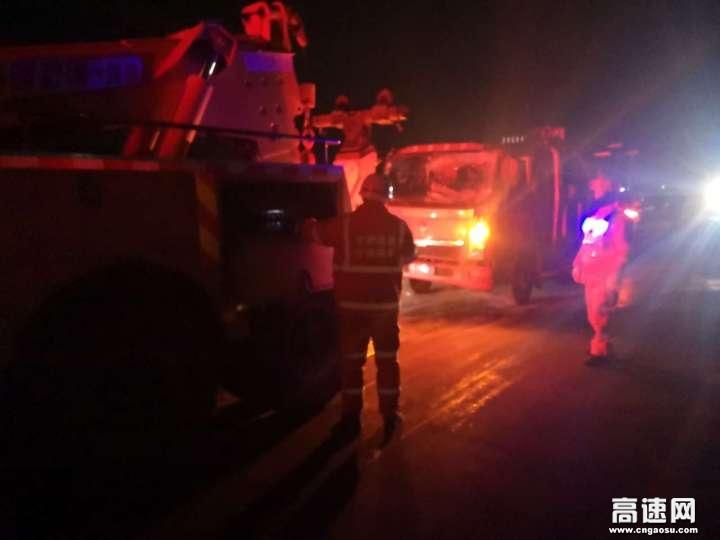 甘肃:武威清障救援大队快速处置货车侧翻事故