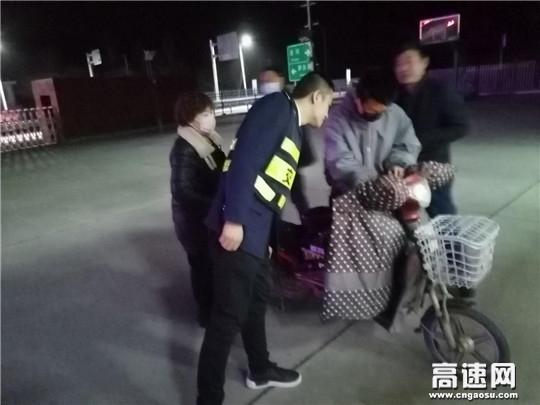 甘肃:泾川所泾川东收费站耐心劝返电动车醉酒司机上高速
