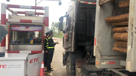 广西高速公路发展中心玉林分中心浦北大队积极开展打击非法超限运输及非法运输海砂专项整治行动