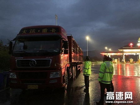 广西高速公路发展中心玉林分中心平南大队开展收费站入口整治超载车辆行动