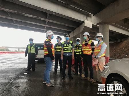 广西高速公路发展中心玉林分中心平南大队联合警、企落实暴雨后水毁登记排查