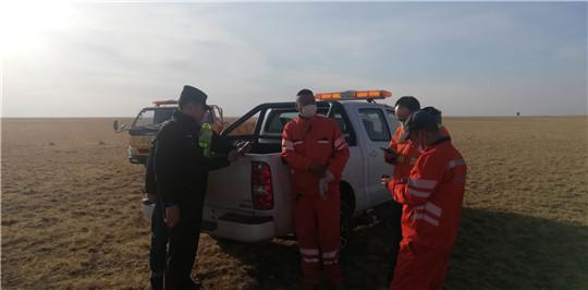 内蒙古公路阿拉坦额莫勒公路养护管理所巡路作业人员全力扑救草原火灾