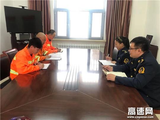 内蒙古公路阿拉坦额莫勒公路养护管理所联合路政监察第13大队开展安全生产座谈会